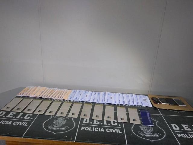 taloes de cheque encontrados com os suspeitos